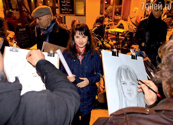 Завидев Иру, уличные художники принялись наперебой рисовать портрет знаменитой фигуристки. Во время прогулки в Париже по Монмартру