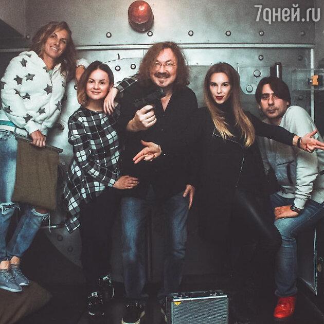 Игорь Николаев с супругой Юлией Проскуряковой и друзьями
