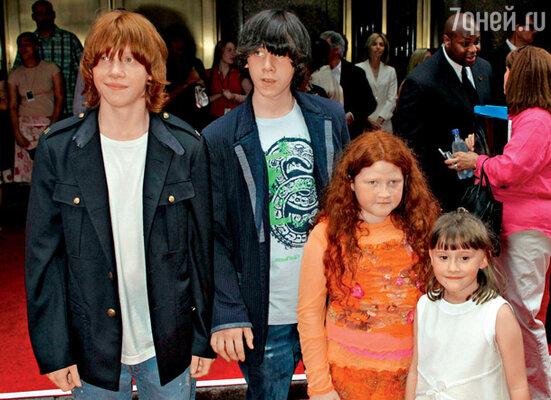 С братом Джеймсом и сестрами Самантой и Шарлоттой. 2004 г.