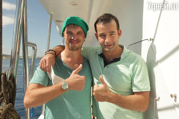 Для того, чтобы снять морской пейзаж, актерам сериала «Корабль», в том числе и Дмитрию Певцову, пришлось отправиться в Грецию и почувствовать себя в роли настоящей морской команды