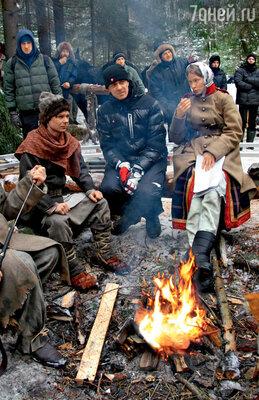 Режиссер Антон Сиверс (в центре) убеждает сыграть следующую сцену одним дублем, чтобы окончательно незамерзнуть в лесу
