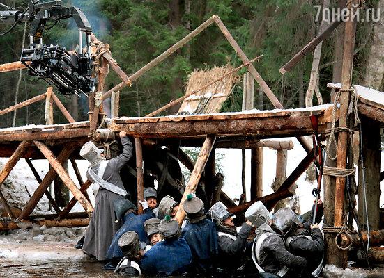 По сценарию солдаты французской армии на своих плечах удерживают разрушенный мост, чтобы по нему смог удрать Наполеон (актеры стоят по пояс в ледяной воде вдесятиградусный мороз)