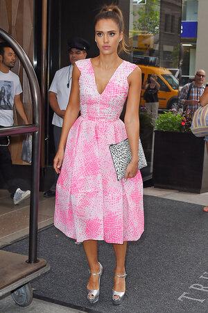 Джессика Альба в платье от Antonio Berardi и босоножках от Brian Atwood