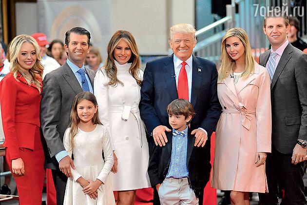 Слева направо: младшая дочь Трампа Тиффани, старший сын Дональд, Мелания с мужем, дочь Иванка, сын Эрик. На переднем плане — внуки Кей и Дональд III — дети Дональда-младшего