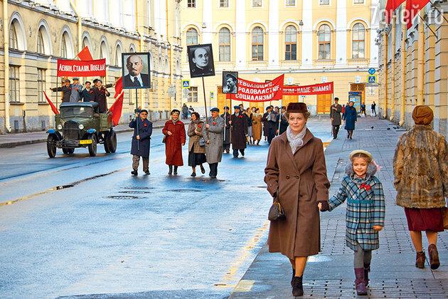 Современный Санкт-Петербург превращали в послевоенный Ленинград с помощью фальшивых дверей и окон «под старину»