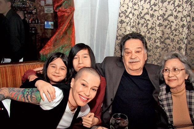 С дочерью Лейлой и сыном Ауэлем, папой Пулатом Мордухаевым имамой Луизой Закировой