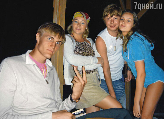 Машу Лопатову (в центре) с ее будущим мужем Андреем Кириленко познакомил именно я. Мы дружим семьями