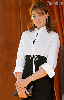 Посмотрите на ее руки: прекрасный французский маникюр, никаких накладных ногтей, яркого лака, вычурных колец или перстней