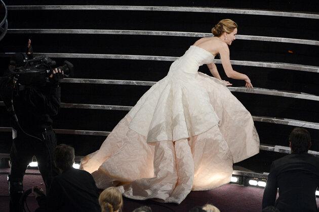 Дженнифер Лоуренс оступилась на церемонии  «Оскар» в 2013 году