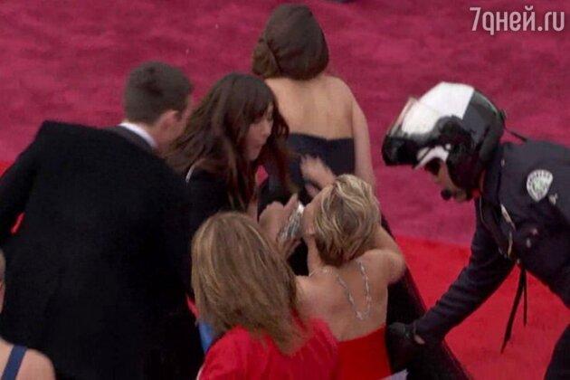 Дженнифер Лоуренс упала на красной дорожке на церемонии «Оскар» в 2014 году