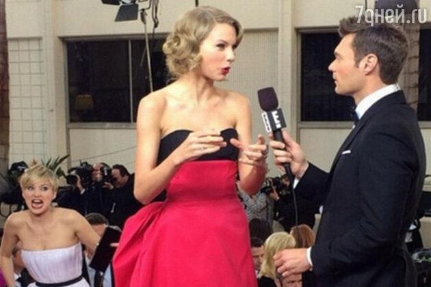 Дженнифер Лоуренс на премии «Золотой глобус» подкрадывается к Тейлор Свифт