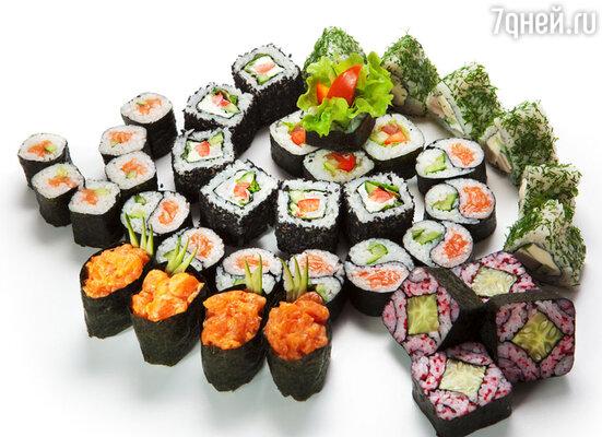 Миф 6. «Суши и роллы - это низкокалорийная пища». На самом деле, многие их них содержат майонез и сыр 45% жирности.  Семга тоже к «постной» рыбе не имеет никакого отношения.  Так что стандартный ролл может содержать до 500 калорий
