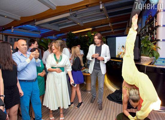 Виновницу торжества и ее гостей, включая семью Маликовых, вечеринка привела в восторг