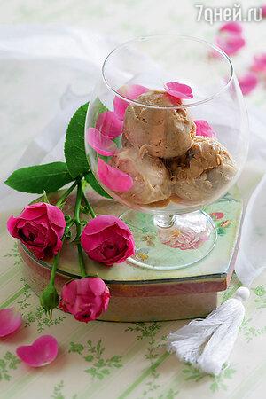 Мороженое с лепестками роз