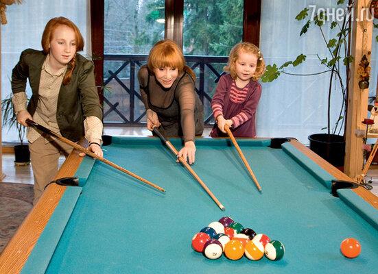 Кира Александровна с внучками Дашей (слева) и Катей