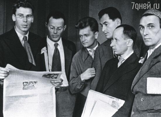 Илья Ильф (второй слева) и Евгений Петров (четвертый слева) в редакции журнала «Крокодил»