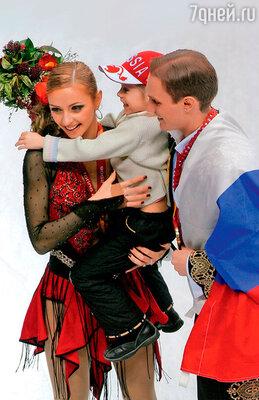 С Романом Костомаровым и дочкой Сашей после победы на Олимпиаде в Турине. 2006 г.