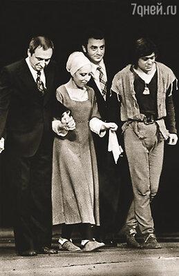 Захаров доверял своему любимому драматургу. Марк любил вспоминать: когда Горин написал первый акт «Тиля», театр сразу стал готовиться к постановке. И.Чурикова и Н.Караченцов, М.Захаров и Г.Горин на сцене «Ленкома»