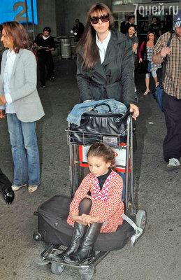 Моника Беллуччи с дочерью Девой в аэропорту Ниццы. 2009 г.