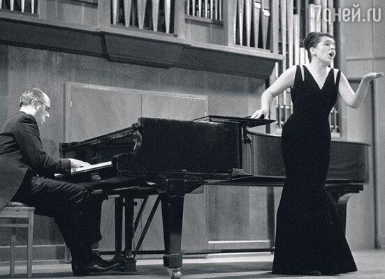 Мстислав Ростропович аккомпанирует своей супруге, оперной певице Галине Вишневской. 1968 г.