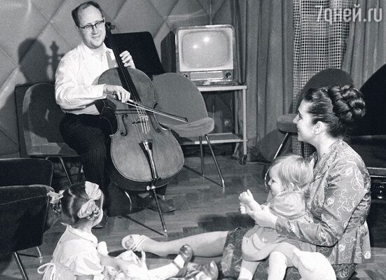 «В нашем доме всегда звучала музыка. Папа или занимался на виолончели, или подыгрывал маме на рояле»