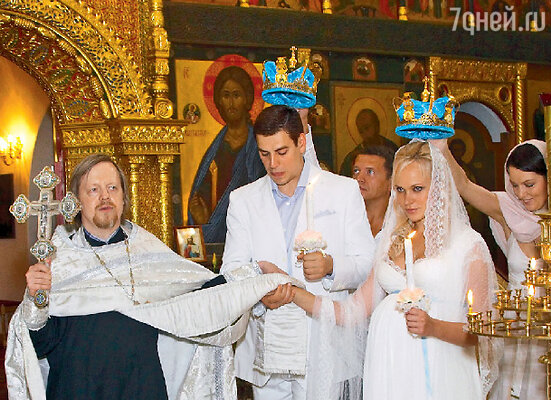 Под свадебные песнопения батюшка трижды обводит новобрачных вокруг аналоя, что символизирует вечное шествие четы рука об руку, начавшееся в этот день