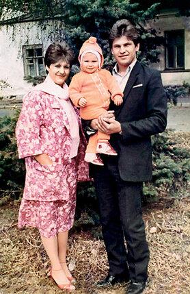 С мамой и папой в нашем поселке Шолоховский Ростовской области. Мне тут чуть больше года