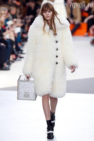 Модель показа Louis Vuitton