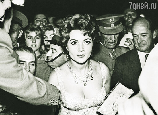 Сара Монтьель стала любимицей нации, улицы и площади городов были увешаны ее плакатами
