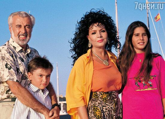 У Сары и Хосе было двое приемных детей: дочь Таис и сын Зевс