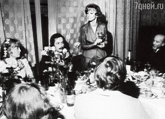 Свадьба дочери Гурченко Марии в гостинице «Националь». Среди приглашенных — ЛюдмилаМарковна и Константин Купервейс. 1977 г.