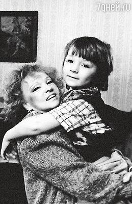 Людмила Гурченко с  любимым внуком Марком, названным вчесть отца Гурченко. 1990 г.