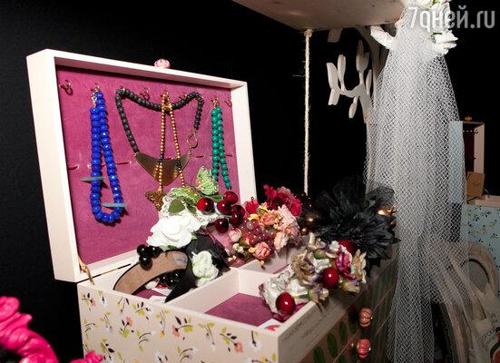 Изысканным дополнением презентации стали шкатулки ручной работы Camilla, предназначенные для хранения украшений