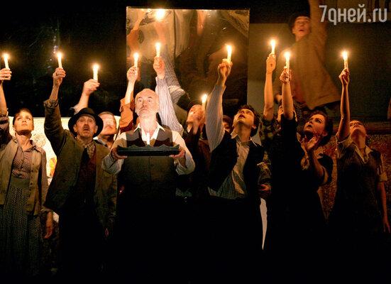 В театре на Таганке практически все артисты — ученики Юрия Любимова, основателя театра. Сцена из спектакля «Мед» по произведениям Тонино Гуэрры. 2010 г.