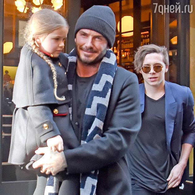 Дэвид Бекхэм с сыном Бруклином, Ромео и дочкой Харпер. Манчестер, 2015 г.