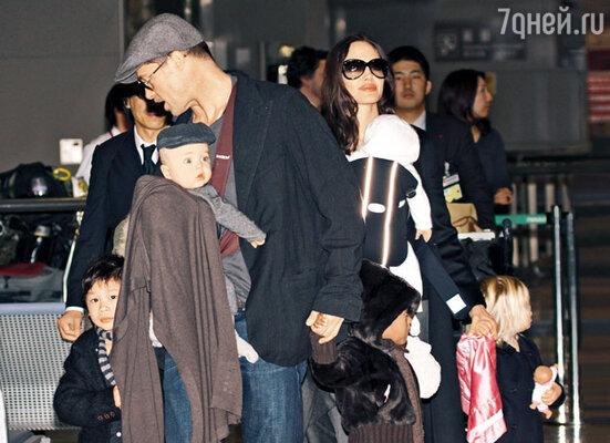 На премьеру фильма «Загадочная история Бенджамина Баттона» в Токио Питт и Джоли привезли с собой детей — Пакса Тьена, Захару Марли, Шилох Нувель и близнецов Вивьен Маршелин и Нокса Леона. Январь 2009 г.