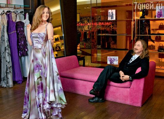 «У Игоря — глаз-алмаз! Он недавно привез мне из Нью-Йорка семь платьев. Представляете, все сели как влитые!» На Юлии платье Tony Ward
