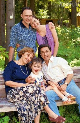 С родителями, женой Наташей и дочкой Настей