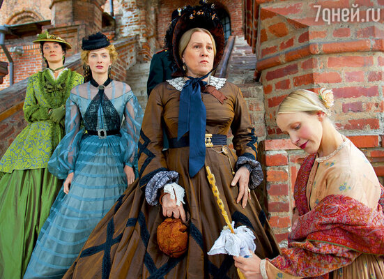 Надежда Маркина (в центре) играет мать Ставрогина