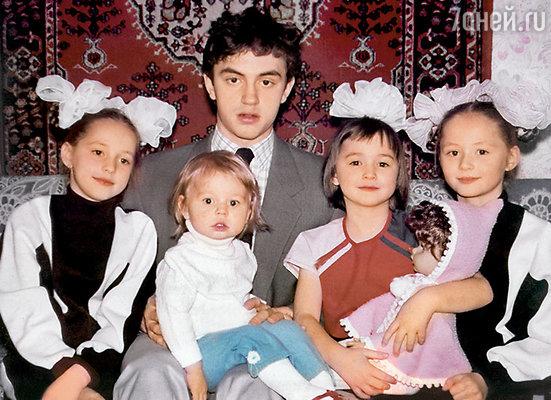 Я с братьями и сестрами. Слева направо: Таня, Сережа (держит на руках Женю), я и Аня