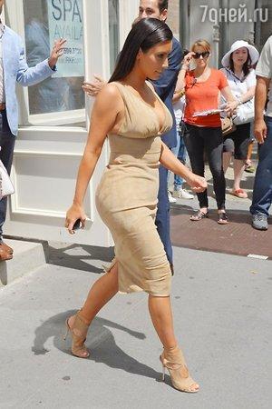 В качестве обуви Кардашьян выбрала подходящие по стилю и цвету босоножки со шнуровкой Aquazzura