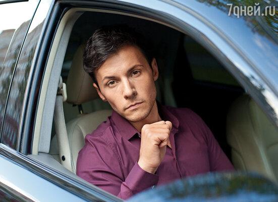 Автомобиль тронулся, Разин открыл саквояж, он был доверху набит долларами. «Что это?» — спросил я. «Ласковый май», — ответил Андрей