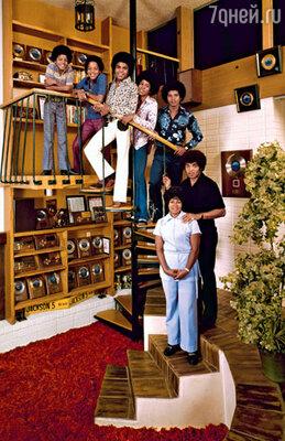 «The Jackson 5» и их родители. Слева направо: Майкл, Марлон, Тито, Джермэйн и Джеки с отцом Джозефом и матерью Кэтрин. 1971 г.