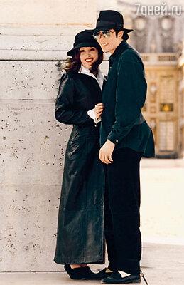 С первой женой Лизой Мари Пресли. Все гадали: что на самом деле связывает эту странную супружескую пару? 1994 г.
