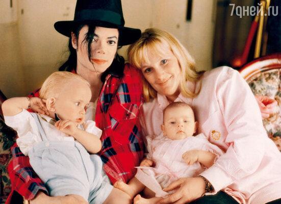 Со второй женой Деборой Джинн Роу и детьми Принцем Майклом Джексоном Первым и Пэрис Джексон. 1999 г.