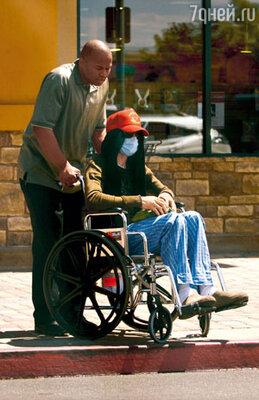 Летом 2008-го фотографы подловили Майкла на улице — в инвалидном кресле. Здоровье артиста, давно уже расстроенное, теперь совсем ухудшилось. Он еще больше похудел и сделался решительно похожим на мумию. Его лицо, как и всегда в последнее время, закрывала маска