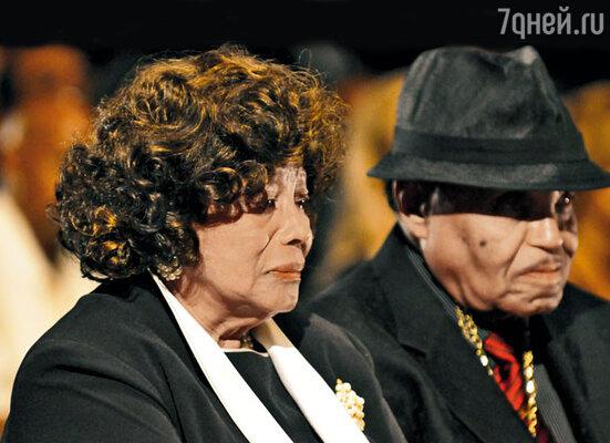На похоронах Майкла. Мать Кэтрин и отец Джозеф...