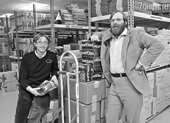 Создатели «Microsoft» Билл Гейтс и Пол Аллен познакомились еще в школе —  они чуть было не подрались из-за инструкции к ЭВМ. 1982 г.