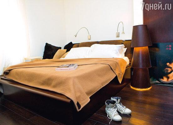 Главные цвета в интерьере квартиры — наиболее любимый Чапуриным коричневый и его же фирменный серо-белый. Спальня