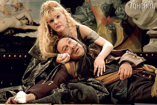 Александра Захарова и Олег Янковский в спектакле «Шут Балакирев». 2001 г.